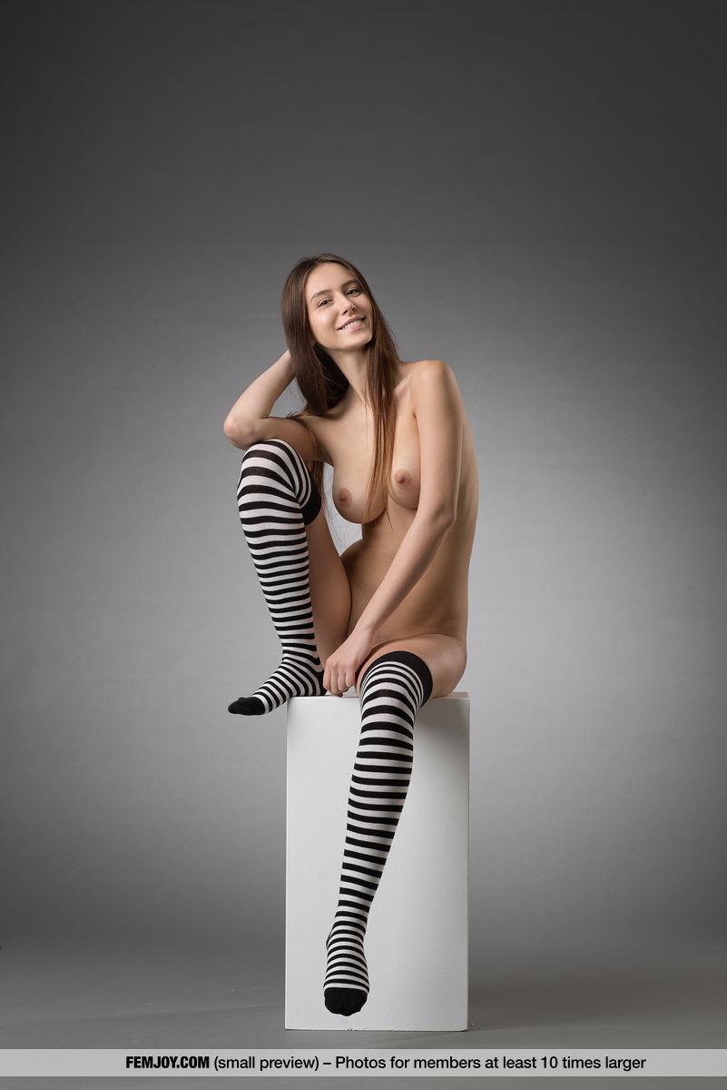 Fotos com novinha nua mostrando sua bela bucetinha e seus peitinhos