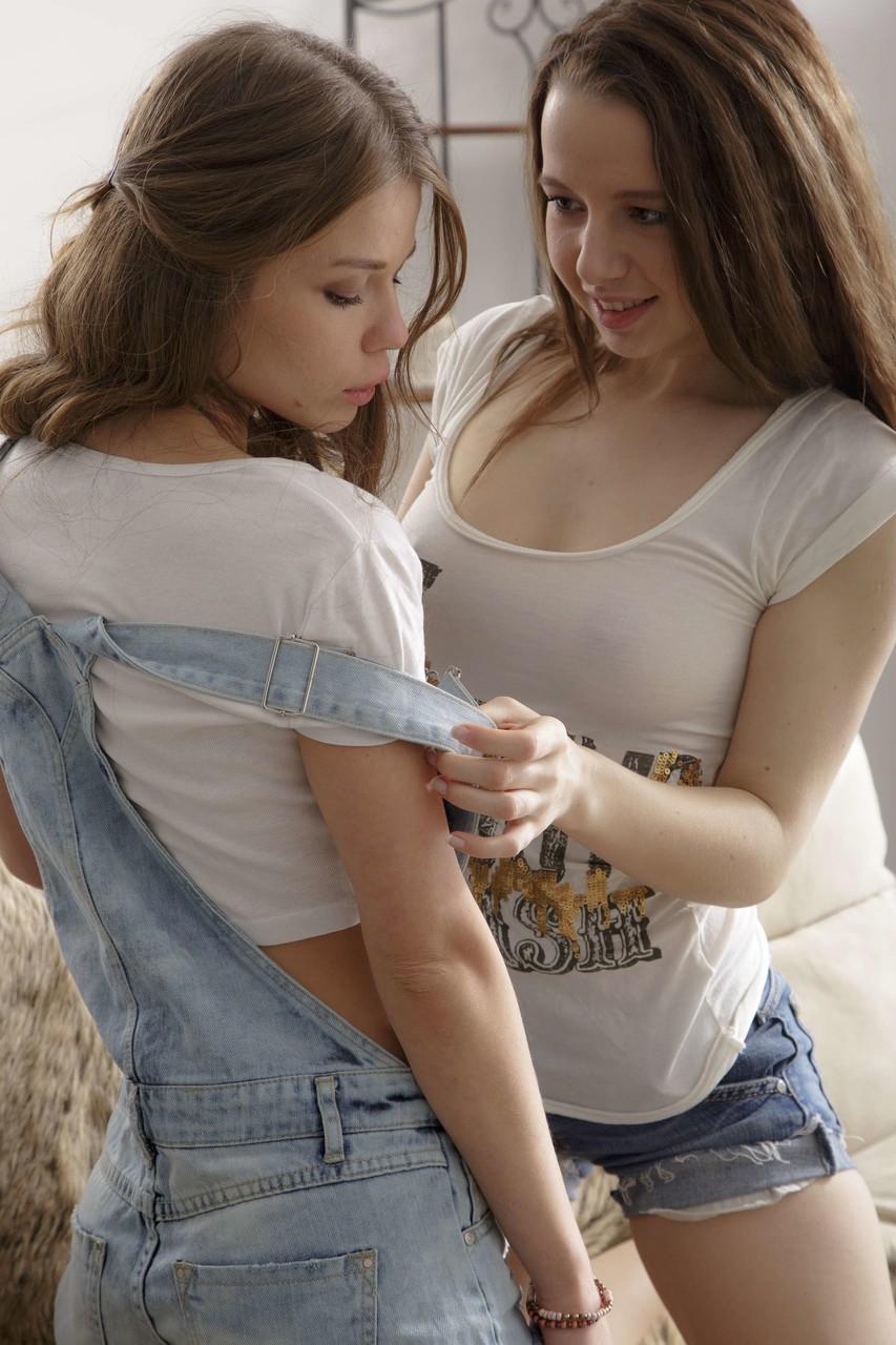Fotos de duas lésbicas novinhas e safadas chupando a xota uma da outra