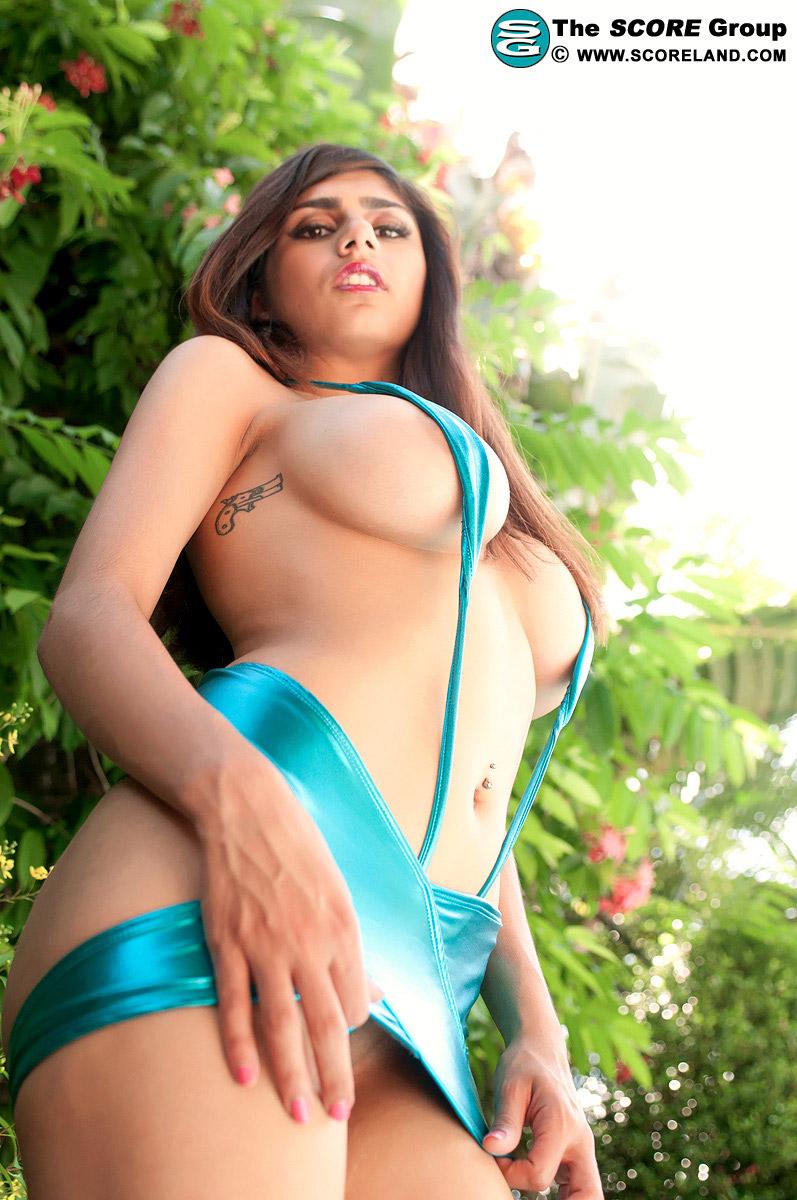 Morena peituda em fotos bem ousada mostrando seu belo corpo