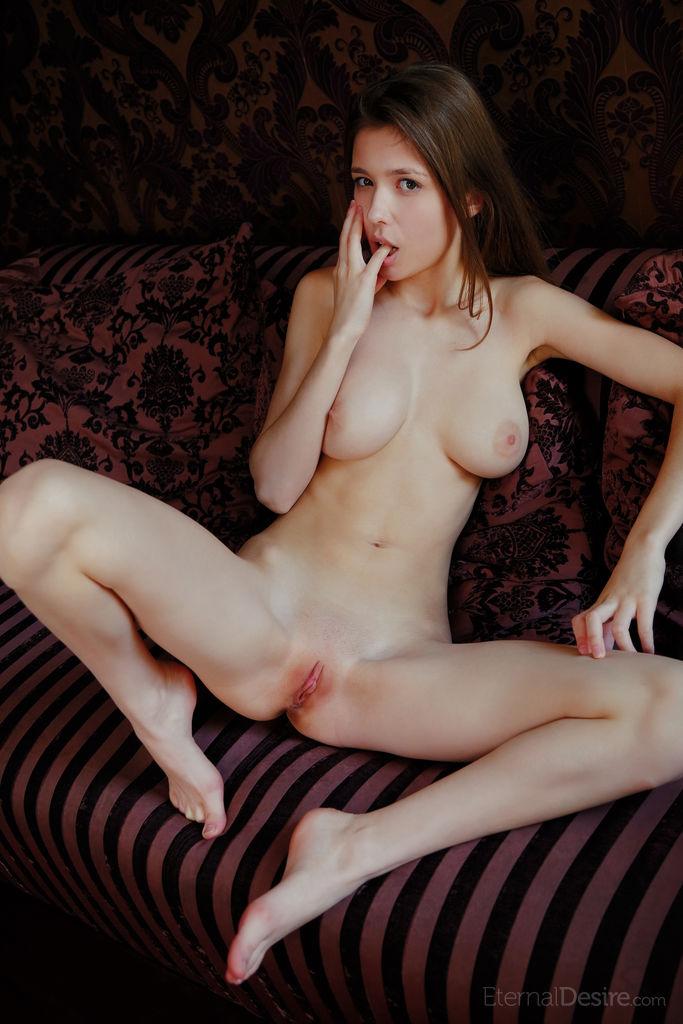 Novinha em fotos batendo siririca na sua buceta rosadinha e meladinha